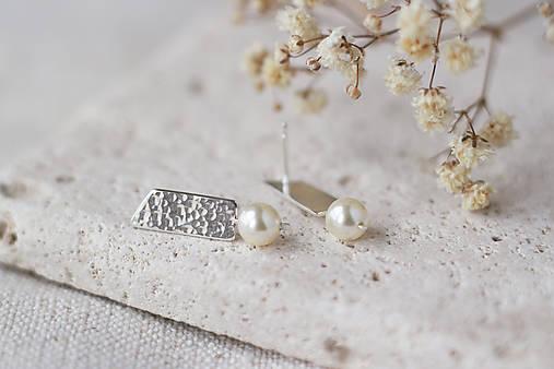Strieborné tepané náušnice so swarovski perlami