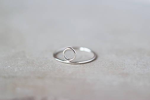 Strieborný prsteň s kruhom (prázdny)