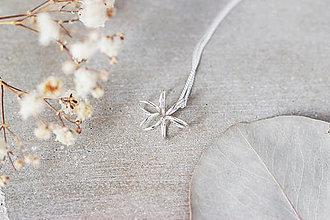 Náhrdelníky - Strieborný náhrdelník s kvetom - 13310984_