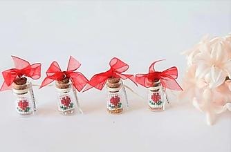 Dekorácie - Darčeková fľaštička s červenými srdiečkami - 13320036_