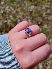 Prstene - Prsteň Čaroit z rhodiovaného striebra - 13322542_