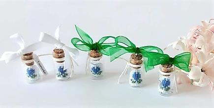 Dekorácie - Darčeková fľaštička s vyšívanými srdiečkami - 13322228_