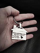 Kľúčenky - Prívesok na kľúče v tvare domčeku s gravírovaním textom: ( Nikdy neodchádzaj z domu bez pusy a objatia...... - 13324705_