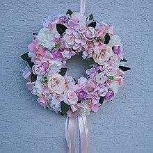 Dekorácie - Romantický ružový, púdrový veniec na dvere, do dievčenskej izby, na svadbu - 13330138_