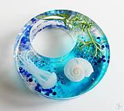 Náhrdelníky - Živicový morský prívesok kruh s mušľami a medúzou - 13337031_