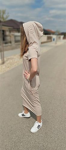 Šaty - Úpletové šaty Corrine s krátkym rukávom a kapucňou - 13337163_