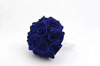 Kytice pre nevestu - Saténová kytica svadobná tmavomodrá ruže - 13341874_