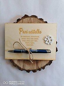Tabuľky - Drevená tabuľka s gravírovanym perom so štvorlístkom pre učiteľku - 13343420_