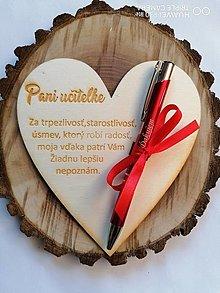 Tabuľky - Drevené srdce s gravírovanym perom pre učitelku typ 1 - 13343459_
