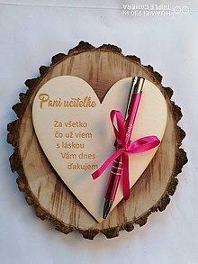 Tabuľky - Drevené srdce s gravírovanym perom pre učiteľku typ 2 - 13343506_