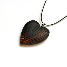 Náhrdelníky - Drevený prívesok - smrekové srdce pálené - 13351138_