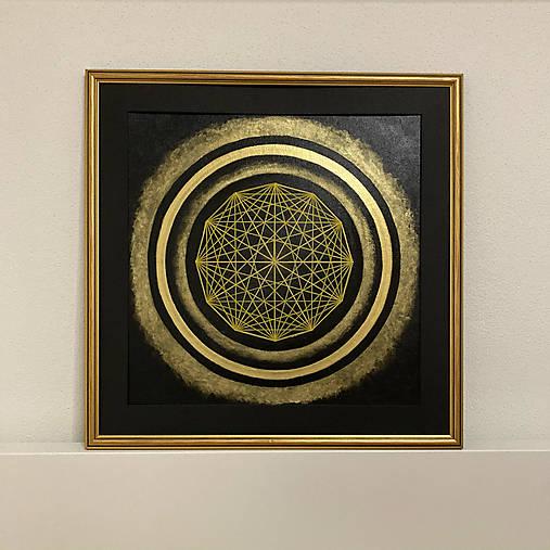 Netradičná čierno-zlatá mandala