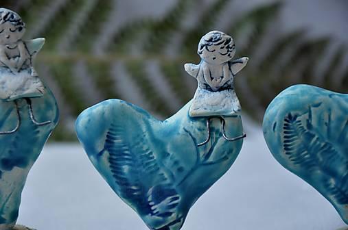 Anjel na srdiečku tyrkysový v prírodnom motíve