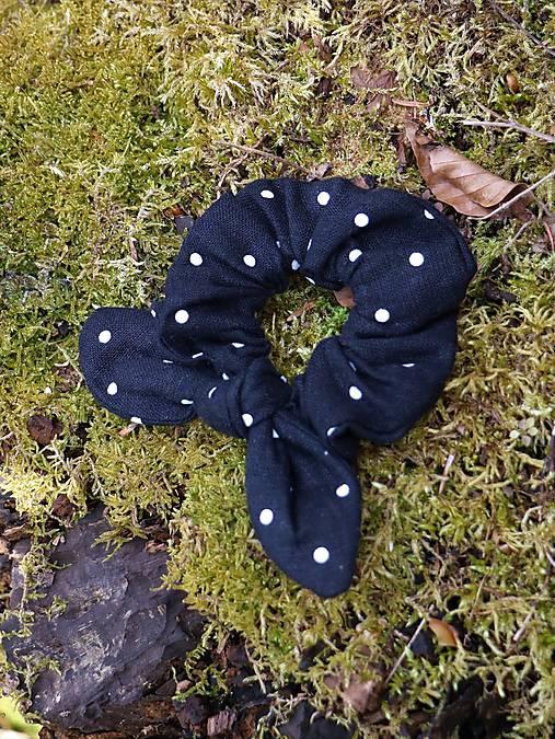 Ušatá scrunchies ľanová gumička bodka na čiernej