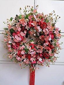 Dekorácie - Veniec.... jahôdka medzi ružami - 13359109_