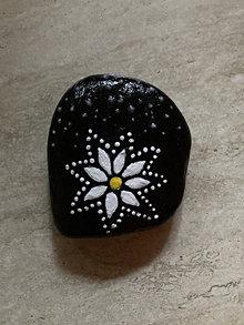 Dekorácie - Maľovaný kameň - Nočný kvet - 13363154_