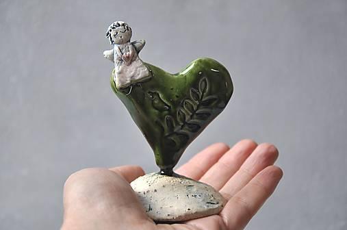 Anjel na srdiečku v zelenej glazúre v prírodnom motíve