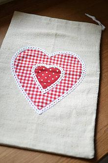 Úžitkový textil - Ľanové vrecko s červeným srdiečkom - 13367737_