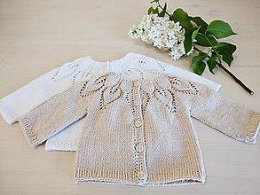 Detské oblečenie - Béžový svetrík s lístočkovým vzorom - 13368574_