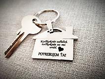 Kľúčenky - Prívesok na kľúče v tvare domčeku s gravírovaním textom: Koľkokrát odídeš, toľkokrát sa mi vráť. (srdce) POTREBUJEM ŤA! - 13367799_