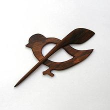 Odznaky/Brošne - Drevená ihlica na šál - orechový vtáčik - 13370805_