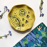 Nádoby - žltý malý tanierik s jazierkom a lesom - 13374193_