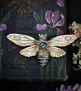 Odznaky/Brošne - Motýlia brošňa, hmyz, chrobák, cikáda šperky s labradoritom a mesačným kameňom - 13374077_
