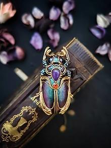 Odznaky/Brošne - Jedinečná, brošňa v tvare chrobáka alebo hmyzu v zelenej a fialovej farbe s ametystom a mesačným kameňom - 13372488_