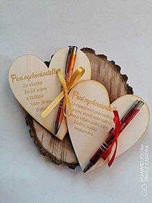 Tabuľky - Drevené srdce s gravírovanym perom pre vychovávateľku - 13377277_