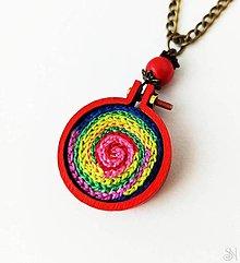 Náhrdelníky - Veselý drevené vyšívaný náhrdelník mandala - 13386556_