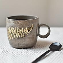 Nádoby - Keramický hrnček z kameniny 300ml so zlatou papraďou - 13386703_