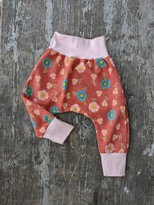 Detské oblečenie - Tepláčiky kvetinkové - 13389323_