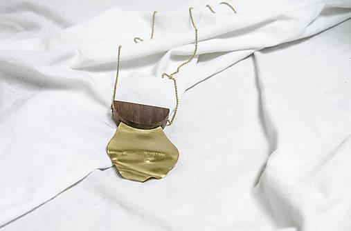 Výrazný náhrdelník/ˈhaptɪk/ orech+mosadz