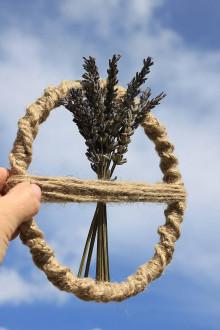 Obrazy - Jutová okrúhla MACRAMÉ závesná dekorácia Sušená levanduľa - 13410369_