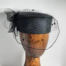 Čiapky - Hodvábny čierny klobúčik so sieťkou - 13410812_