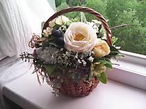Dekorácie - Kvetinová dekorácia ... záhradka v košíčku ... - 13415692_