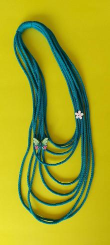 Náhrdelníky - Textilný šperk modrý s motýlikom - 13414549_