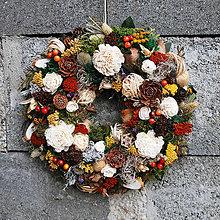 Dekorácie - Veniec na dvere prírodný, celoročný, so sola ružami,klasmi, šiškami - 13420388_