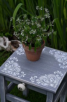 Nábytok - Drevený stolček sivý - 13426507_