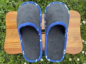 Ponožky, pančuchy, obuv - Tmavošedé papuče s modrým lemom - 13424142_
