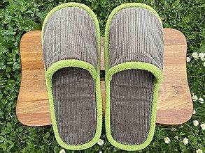 Obuv - Menčestrové papuče so zeleným lemom - 13424397_