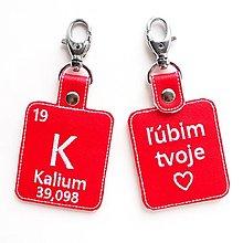 Kľúčenky - Kľúčenka prvok K-ľúbim tvoje ♥ (sk) - 13428775_