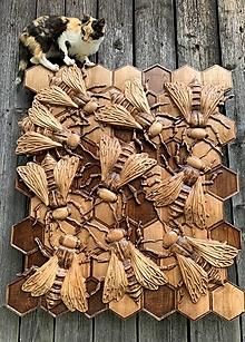 Dekorácie - Drevorezba včely na plaste  - 13440425_
