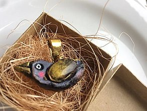Náhrdelníky - Vtáčik letáčik ♥ (Hlinený prívesok, resp. náhrdelník - pozlátená retiazka z ocele) - 13439948_