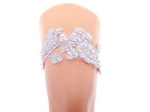 Bielizeň/Plavky - Svadobný podväzok bielej s čipky vyšívanej perličkami a flitrami - 13445294_