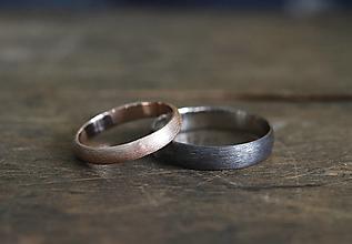 Prstene - Svadobné obrúčky s textúrou, biele a ružové zlato - 13448042_