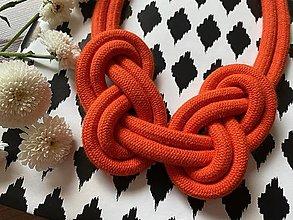 Náhrdelníky - Oranžové uzly s ozdobou - 13446071_