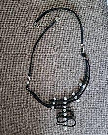 Náhrdelníky - Náhrdelník koža a perly - 13455211_