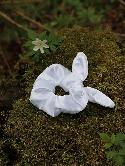 Scrunchies gumička ušatá saténová biela
