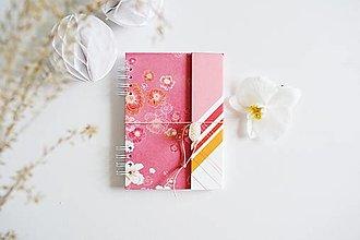 Papiernictvo - NOTES/ZÁPISNÍK A5 - ružové kvety - 13458595_